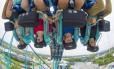 De pernas para o ar. Passageiros usam óculos de realidade virtual na nova versão da montanha-russa