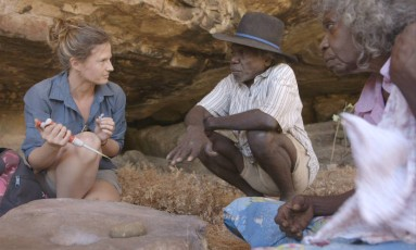 A pesquisadora Elspeth Hayes conversa com Mark Djandjomerr e May Nango, habitantes aborigenes da região, enquanto colhe amostras comparativas em uma caverna adjacente ao sítio de Madjedbebe: primeiros habitantes da Austrália já usavam ferramentas e armas Foto: David Vadiveloo