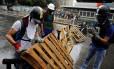 Manifestantes fazem barricada contra passagem de veículos em protesto contra Maduro