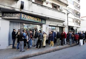 Na fila da cannabis: consumidores tiveram que esperar para comprar os pacotes de 5 gramas de maconha que, em alguns casos, principalmente na capital, se esgotaram em poucas horas. Foto: ANDRES STAPFF/ REUTERS