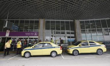 Motoristas da 99 usarão a área de embarque. Já os táxis de cooperativas seguirão pegando passageiros no desembarque do Galeão Foto: Pablo Jacob / Agência O Globo