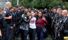 Parentes e amigos do cabo Bruno Santos Leonardo se despedem do policial que foi morto com um tiro na cabeça segunda-feira Foto: Guilherme Pinto / Agência O Globo