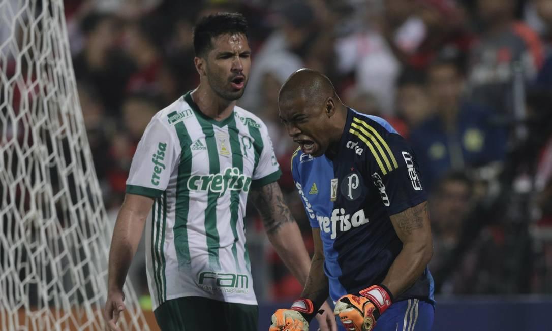Goleiro Jailson e zagueiro Luan comemoram após Diego perder pênalti Alexandre Cassiano