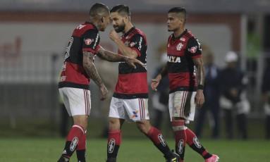 Guerrero (de costas), Diego e Éverton não conseguiram levar o Flamengo à vitória contra o Palmeiras na Ilha do Urubu Foto: Alexandre Cassiano / Agência O Globo