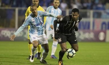 Jô, do Corinthians, protege a bola no jogo contra o Avaí: empate fez gordura na liderança cair para seis pontos Foto: Daniel Augusto Jr. / Agência Corinthians
