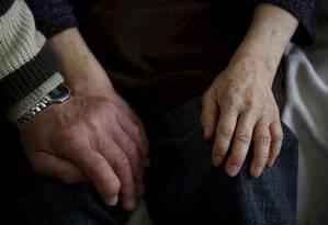 O convívio social é um dos fatores que pode prevenir o desenvolvimento da demência Foto: Issei Kato / REUTERS