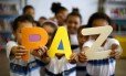 Crianças de uma turma do Colégio Municipal Walt Disney, em Ramos, que atende estudandos do Complexo do Alemão, fazem trabalhos escolares sobre a visão delas de PAZ.