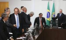 Pezão ao lado de Temer e Rodrigo Maia durante reunião no Palácio do Planalto para discutir a crise do Rio Foto: Givaldo Barbosa / Agência O Globo