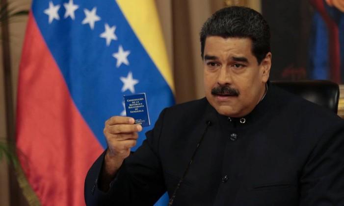 O presidente da Venezuela, Nicolás Maduro, segura uma cópia da Constituição enquanto fala com membros do conselho de defesa em Caracas Foto: HANDOUT / REUTERS