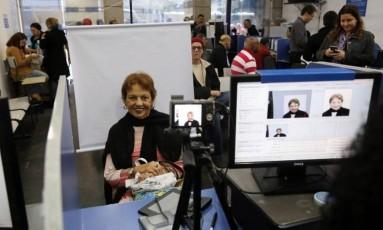Elisabeth Camargo posa sorridente no Detran Foto: Custódio Coimbra / Agência O Globo