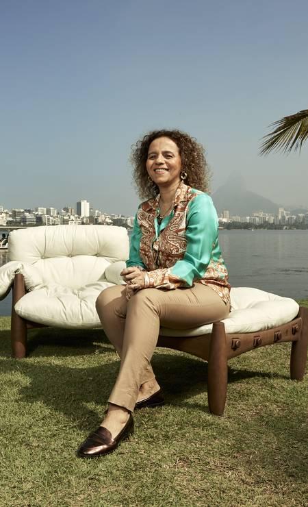 A artista plástica Beatriz Milhazes acomodou-se no pufe que acompanha a poltrona Foto: Divulgação / Pedro Loreto