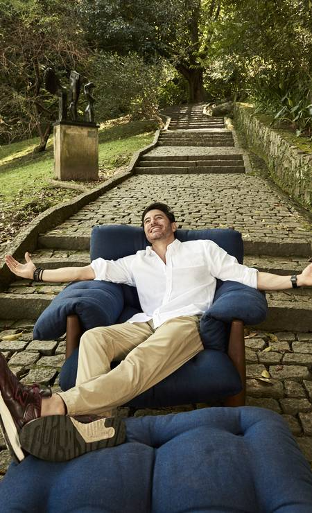 O ator Ricardo Tozzi deitou, rolou e se esparramou na poltrona no Parque da Catacumba Foto: Divulgação / Pedro Loreto