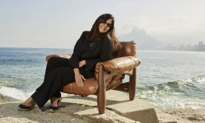 Coautora de um livro sobre Sergio Rodrigues, Lia Siqueira posou na poltrona no Arpoador para relembrar história em que o sofá Mole foi atacado por uma onda Foto: Divulgação / Pedro Loreto