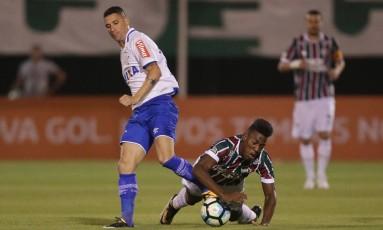 Léo cai em dividida com Thiago Neves Foto: Márcio Alves