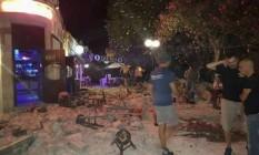 Terretomoto provou severos danos na ilha grega de Kos; ao fundo, homem ferido deita sobre o chão Foto: Uncredited / AP