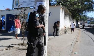 Policial posicionado no morro da Mangueira. Imagem de Foto: Agência O Globo / Márcia Foletto