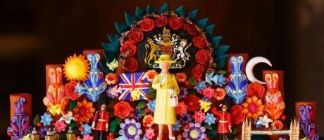 """Há de se esperar que tantas viagens, a tantos países, gerem muitos presentes para gente do porte da rainha Elizabeth II, que roda o mundo há quase 65 anos como líder do Império Britânico - e hoje em dia recebe mik e uma autoridades em Londres. Com tanta coisa guardada, o Palácio de Buckingham resolveu mostrar ao público alguns dos melhores e mais curiosos presentes que ela ganhou na mostra """"Royal Gifts"""", que acontece de 22 de julho a 1 de outubro. Aqui, a """"árvore da vida"""", presente do México dado em março de 2015 Foto: TOLGA AKMEN / AFP"""