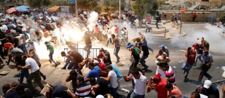 Palestinos reagem durante confrontos com a polícia após a oração da sexta-feira, na Cidade Velha de Jerusalém Foto: AMMAR AWAD / REUTERS