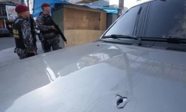 A marca do disparo no capô do carro do comerciante Foto: Marcio Alves / Agência O Globo