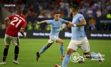 Phil Foden, de 17 anos, conduz a bola na derrota do Manchester City contra o United: jovem agradou Guardiola Foto: Divulgação