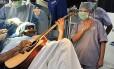 Abhishek Prasad durante a cirurgia, tocando violão Foto: HANDOUT / AFP