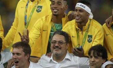Micale posa com a delegação brasileira, entre eles Neymar e Gabriel Jesus, após ganhar a medalha de ouro na Olimpíada do Rio Foto: UESLEI MARCELINO / Reuters