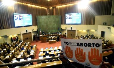 Manifestante segura cartaz de apoio à proposta que descriminaliza o aborto em três casos: risco para a mãe, inviabilidade do feto e estupro Foto: FRANCESCO DEGASPERI / AFP