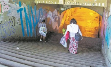 Travessa do Encantado. Passagem subterrânea não tem rampas Foto: Analice Paron / Agência O Globo