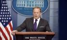 O porta-voz de Trump, Sean Spicer, fala durante um boletim na Casa Branca Foto: OLIVIER DOULIERY / AFP
