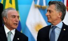 Em reunião do Mercosul, Michel Temer e Mauricio Macri conversam antes de foto oficial na cidade de Mendoza Foto: MARCOS BRINDICCI / REUTERS