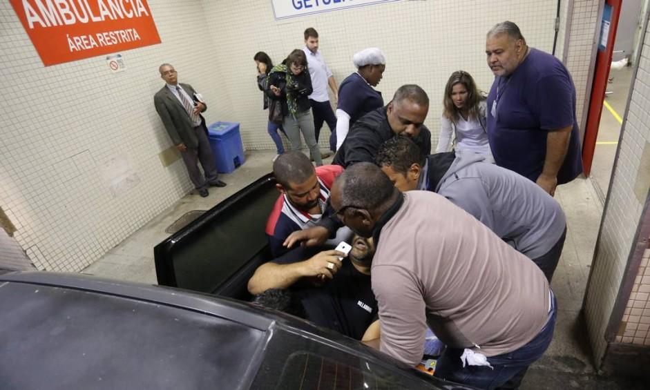 Homem chega baleado na barriga no Hospital Getúlio Vargas Foto: Marcelo Theobald / Agência O Globo