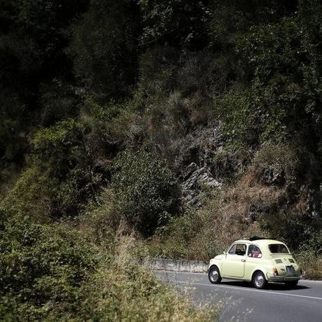 Motoristas andam com veículos Fiat 500 perto de Gênova, na Itália Foto: MARCO BERTORELLO / AFP