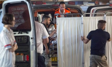 Israelense ferida em ataque em Neve Tsuf é levada em ambulância Foto: EMIL SALMAN / REUTERS