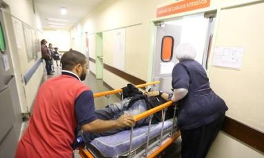 Homem chega baleado na barriga ao Hospital Getúlio Vargas Foto: Marcelo Theobald / O Globo
