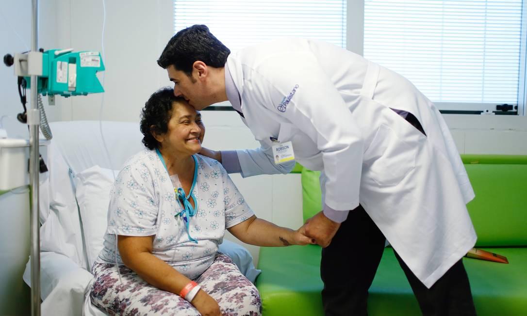 """O capelão Robson Mendes Pedroso, do Hospital Paulistano, com Francisca Cesário de Almeida, em tratamento de câncer de pulmão: """"Acordei triste, mas sabia que ele viria"""" Foto: / Edilson Dantas"""