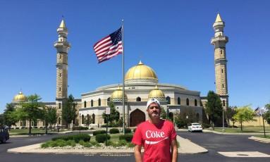 Ibrahim diante da mesquita de Dearborn, na área de Detroit, para onde voltou após uma década: ele observa que os brasileiros muçulmanos na região são mais flexíveis, e as mulheres não costumam usar o véu Foto: Henrique Gomes Batista