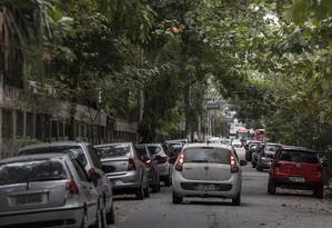 Ocultas. Galhos encobrem lâmpadas de postes na Rua Antônio Parreiras, no Gragoatá: empresa que gerir o serviço terá que podar árvores Foto: Ana Branco / ana branco