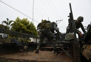 Militares filipinos carregam munição em um caminhão em Marawi, na ilha de Mindanao Foto: TED ALJIBE / AFP