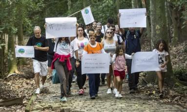 Ambientalistas e frequentadores fizeram uma caminhada simbólica contra a violência Foto: Ana Branco / Agência O Globo
