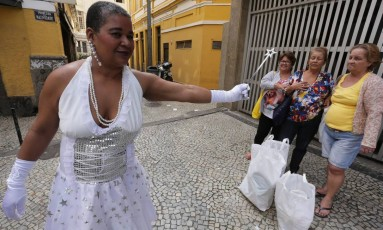 Vestida de fada madrinha, Ana Lúcia Costa doou mantimentos a servidores, como as três irmãs pensionistas Foto: Cléber Júnior / Agência O Globo