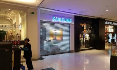 Loja da Samsung no RioSul permaneceu fechada durante o domingo Foto: O GLOBO