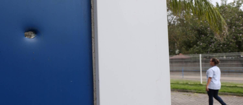 Violência em Costa Barros não poupa nem a UPA. Além de sofrer com influência de uma das facções do tráfico, unidade tem diversas marcas de balas Foto: Guilherme Pinto / O Globo