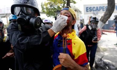 Wuilly Arteaga é atendido após ser ferido no rosto em protesto: vilinista ficou famoso nos protestos Foto: ANDRES MARTINEZ CASARES / REUTERS