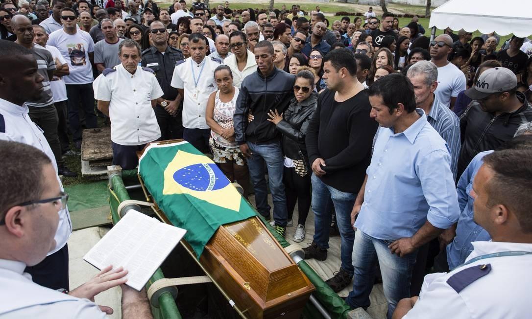 RI Rio de Janeiro (RJ) 22/07/2017 - Enterro do PM Fabiano de Brito e Silva. Cemiterio Jardim da Saudade em Sulacap. Foto : Fernando Lemos / Agencia O Globo Foto: Fernando Lemos / Agência O Globo