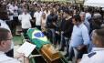 Enterro do soldado Brito: 90 policiais assassinados em sete meses Foto: Fernando Lemos / Agência O Globo