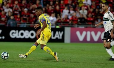 Berrío ganhou da zaga na velocidade para fazer o gol Foto: Marcelo Theobald