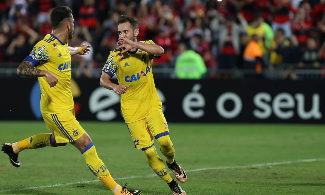 Éverton Ribeiro comemora o gol de pênalti que deu a vitória ao Flamengo Marcelo Theobald