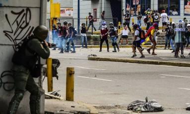 Forças de segurança e manifestantes entram em atrito durante protesto em Caracas Foto: RONALDO SCHEMIDT / AFP