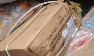 Carnes, frango e embutidos são encontrados por policiais no Tribob Foto: Reprodução/Twitter PMRJ