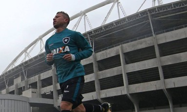 Leo Valencia treina no Botafogo no Estadio Nilton Santos Foto: Vitor Silva/SSPress/Botafogo